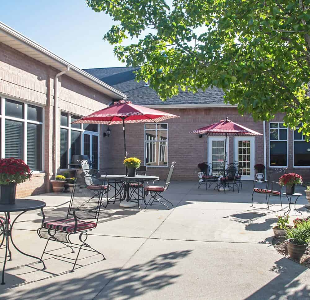 outdoor courtyard with seating at the waterford at ironbridge, a senior living community located in Springfield, Missouri